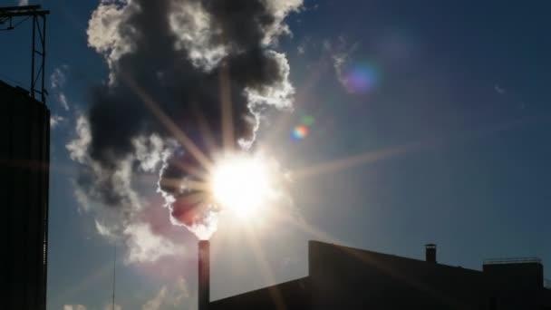 Tmavý kouř na obloze