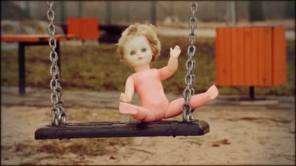 Opuštěná panenka na houpačce v retro stylu