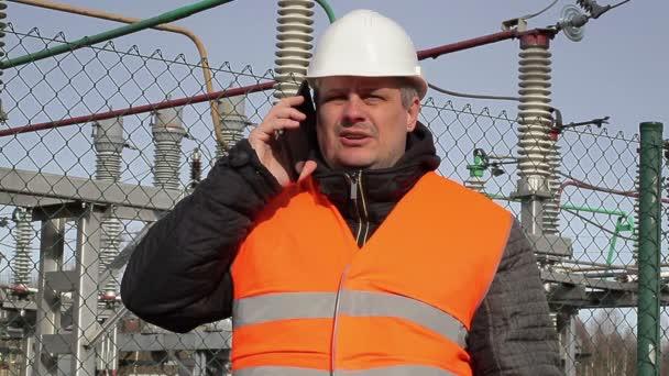 Elektrotechnik, mluví na mobil