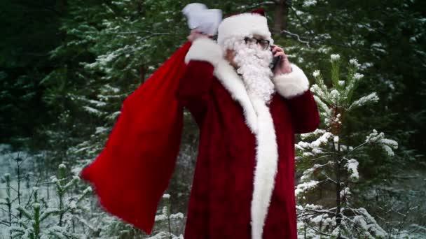 Mikulás ajándék táska smarphone erdőben beszél