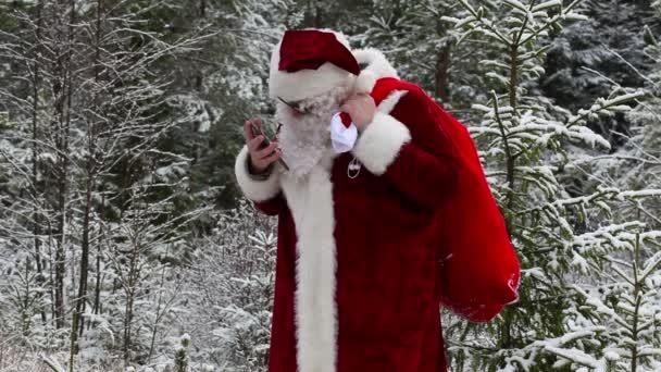 Santa Claus s smarphone v lese