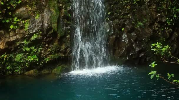 vodopád v tropickém ráji