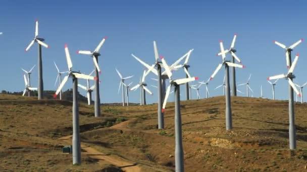 Windkraftanlagen (Hügel  blauer Himmel)