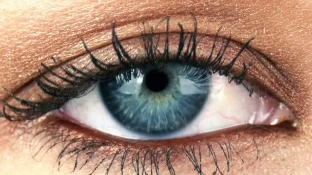 Nahaufnahme eines blinkenden menschlichen Auges
