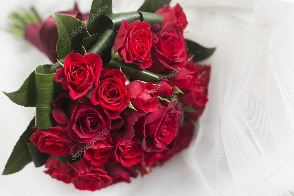 Hochzeitsstrauss Rote Rosen Und Blatter Stockfoto C Melis82 54985883