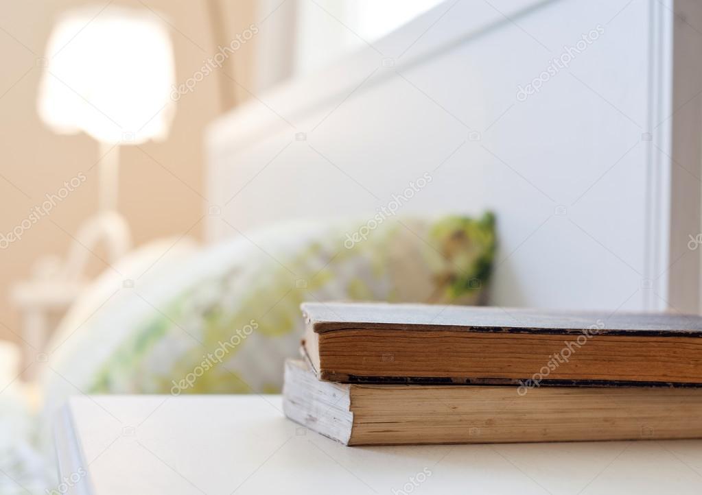 Schlafzimmer mit Büchern auf Nachttisch — Stockfoto © melis82 #70266029
