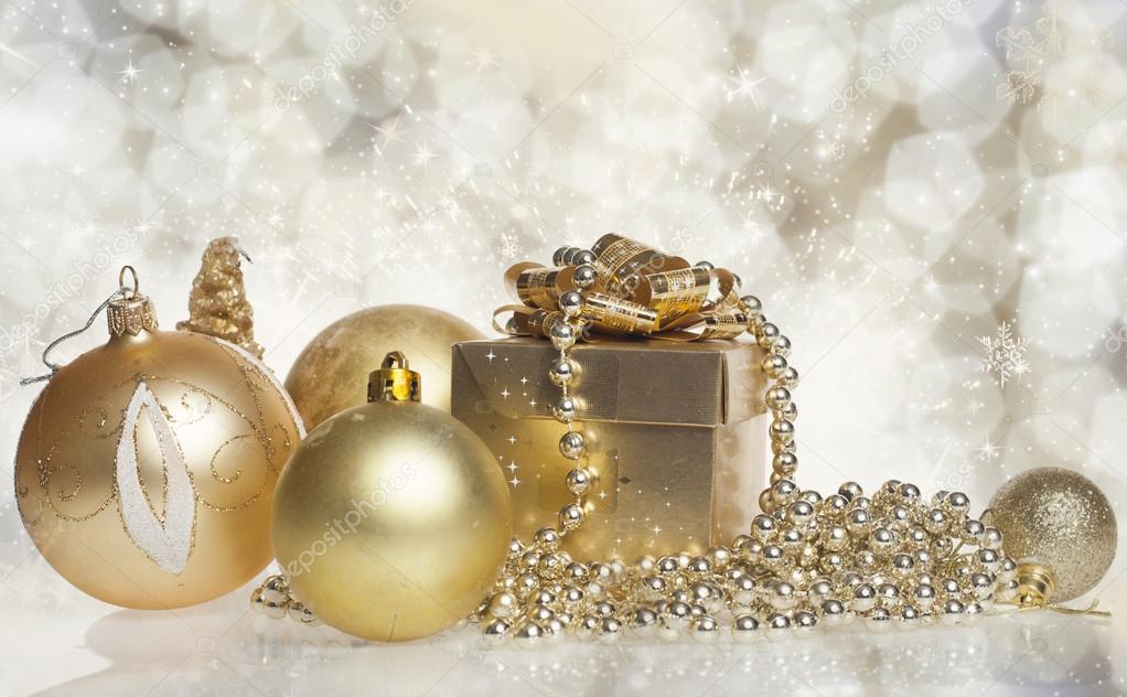weihnachts geschenk box mit weihnachtskugel stockfoto. Black Bedroom Furniture Sets. Home Design Ideas