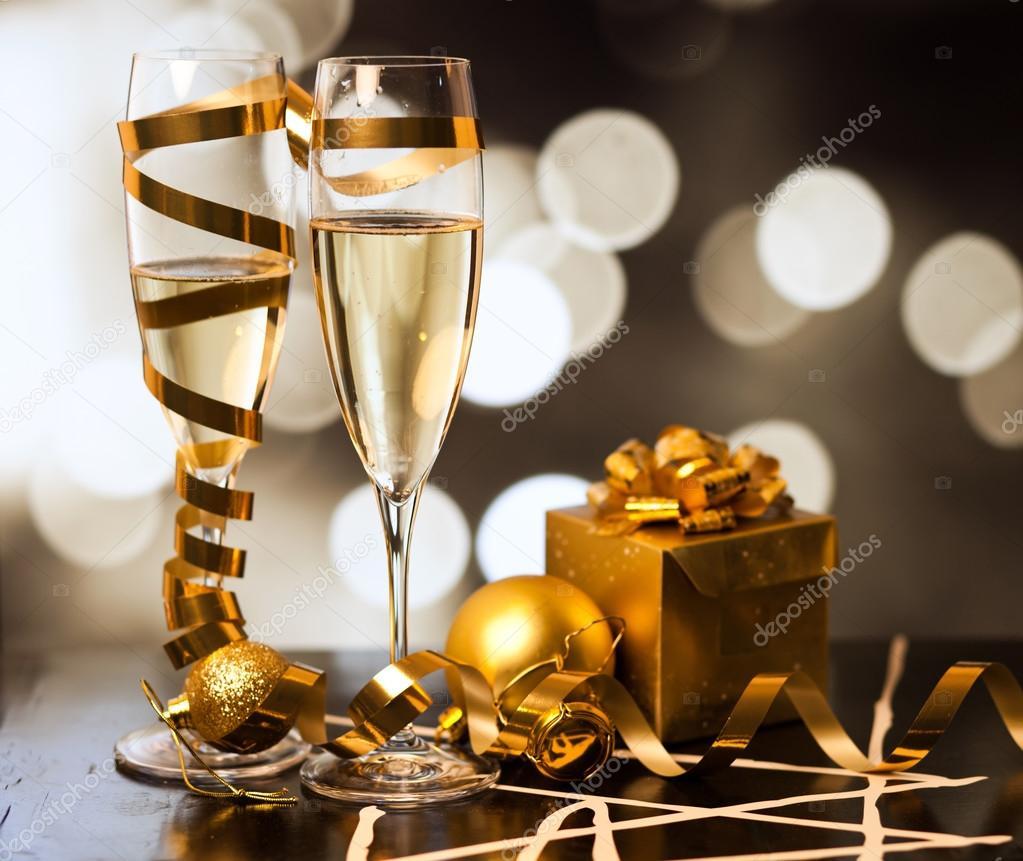 Brindando con copas de champagne contra luces de navidad for Copas para champagne