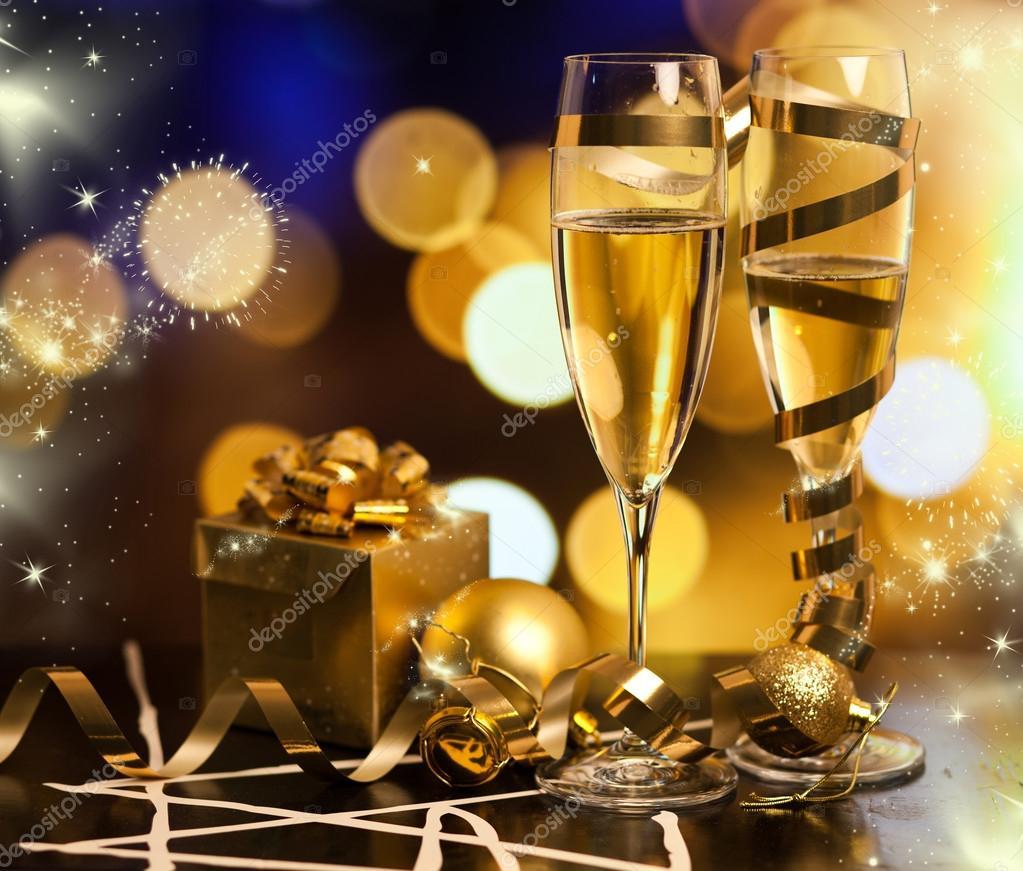 Brindando con copas de champagne contra luces de navidad for Imagenes de copas brindando
