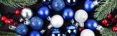 Blick von oben auf Weihnachtskugeln, rote Perlen und Fichtenzweige, Banner