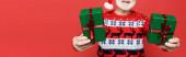 Vágott kilátás ajándékok kezében idős férfi télapó kalap homályos háttér elszigetelt piros, banner