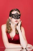 fiatal elegáns nő fekete karnevál maszk piros