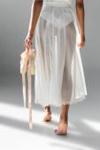 kivágott kilátás kecses afro-amerikai balerina pointe cipő fehér háttér