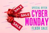 horní pohled na červené etikety a dárky v blízkosti speciální nabídky, kybernetické pondělí, bleskový prodej nápisy a dárky na růžové