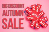 horní pohled na prodej štítků v nákupním košíku v blízkosti velké slevy podzimní prodej nápisy na růžové, černé pátek koncept