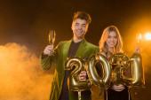 boldog férfi kezében lufik 2021 számok közelében nő egy pohár pezsgő fekete