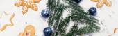 top view karácsonyfa és mézeskalács cookie-k havon, banner