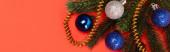 vrchní pohled na zdobené vánoční stromeček na červeném pozadí, banner
