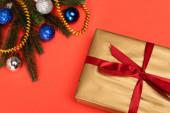 felső nézet díszített karácsonyfa és ajándék piros háttér