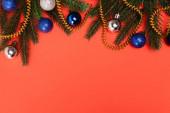 horní pohled na zdobené vánoční stromeček na červeném pozadí
