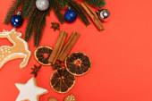 top view karácsonyfa, fűszerek és mézeskalács cookie-k piros alapon