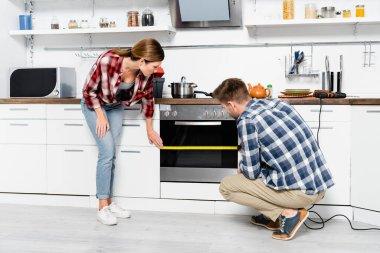 Mutfakta fırın mezurası olan bir sürü genç çift.