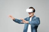 Aufgeregter Mann benutzt vr-Headset isoliert auf grau