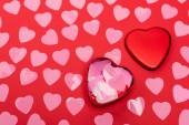 felső nézet rózsaszín szív és doboz piros háttér