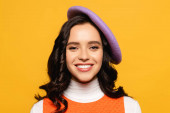 Photo Portrait of smiling brunette woman in beret looking at camera isolated on yellow