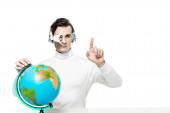 Kyborg v digitální oční čočky a sluchátka ukazuje prstem u koule izolované na bílém