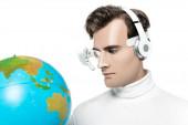 Cyborg mit Kopfhörer und digitaler Augenlinse blickt auf Globus auf verschwommenem Vordergrund isoliert auf Weiß