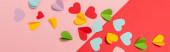 felső nézet színes papír szív piros és rózsaszín háttér, banner