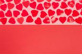horní pohled na srdce na červeném a růžovém pozadí