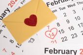 obálka se srdcem v únorovém kalendáři