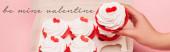 kivágott kilátás nő gazdaság Valentin cupcake közel doboz és az enyém Valentin-felirat rózsaszín háttér, banner