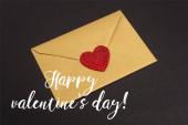 obálka se srdcem blízko šťastného Valentýna nápis na černém