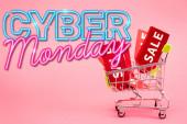 piros címkék eladó kis bevásárlókocsi közelében cyber hétfő felirat rózsaszín