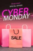nákupní taška s prodejem v blízkosti obchodu nyní, speciální nabídky, kybernetické pondělí nápis na růžové, černý pátek koncept