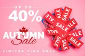 horní pohled na prodejní štítky v nákupním košíku téměř až 40 procent sleva, podzimní prodej nápisy na růžové, černé pátek koncept