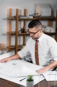 Konzentrierter Architekt arbeitet an Projekt im Büro