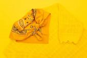 vrchní pohled na šátek s ozdobným na oblečení izolované na žluté
