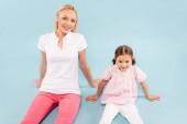 glückliche Mutter und Kind auf blauem Hintergrund