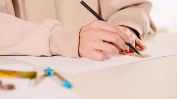 kivágott kilátás nő használó vonalzó és rajz vonalak papíron