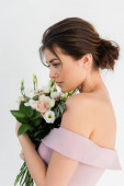 okouzlující snoubenka pózuje se svatební kytice izolované na bílém