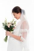 boční pohled těhotné nevěsty drží svatební kytice izolované na bílém