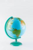 Země zeměkoule na stojanu izolované na šedé, ekologie koncept