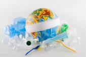 bekötözött földgömb közelében műanyag hulladék szürke, ökológia koncepció