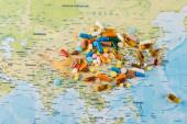 hromada léků na mapě, koncept ekologie