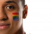 oříznutý pohled na afrického Američana s vlajkou lgbt namalovanou na tváři izolované na bílém