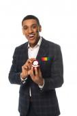 izgatott afro-amerikai férfi lgbt zászló festett arc mutatja jegygyűrű elszigetelt fehér